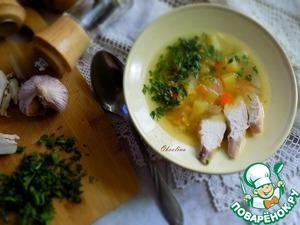 Подаём суп. Разливаем по тарелкам, добавляем кусочки отварного мяса, рубленную зелень и чеснок, тоже рубленный свежий. Можно ещё налить немножко в тарелку ароматного нерафинированного масла.