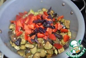 Добавляем к цуккини обжаренные баклажаны, кладём порезанный кубиками болгарский перец, перемешиваем. Добавляем зелень, по рецепту - листики тимьяна, я заменила на базилик.