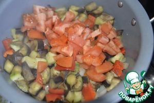 Кладём порезанные кубиками помидоры. Добавляем сахар, смесь перцев, сок лимона. По необходимости солим. Перемешиваем, тушим 10 минут.