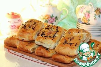 Рецепт: Пироги с капустой и сырными сосисками