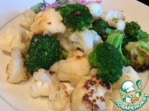 Добавьте цветную капусту, посолите и жарьте до готовности 3-4 минуты. Выложите.