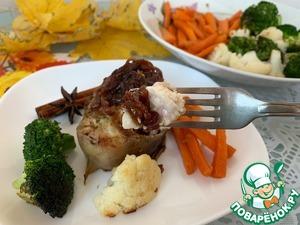 Подавайте сома с карамелизированным луком и овощами.
