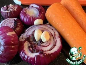 Почистите морковь, лук и чеснок.