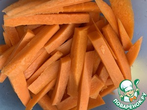 Морковь нарежьте брусочками.