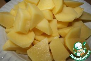 Почистить и нарезать картофель.   Другой вариацией является рис, но более традиционным ингредиентом является картофель, поэтому решать вам, что лучше взять.