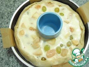 Залить фрукты яично-сметанной смесью. Края теста слегка загнуть во внутрь.