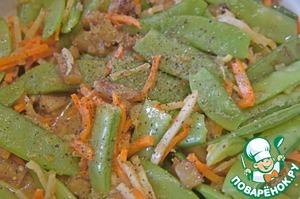 Посолить и поперчить по вкусу. Можно добавить любимых специй и травок. У меня молотый кориандр, люблю его. Будьте осторожны с солью, заправка содержит соевый соус.
