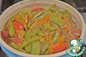 Добавить к овощам и все вместе прогреть несколько минут, пока соус не загустеет.