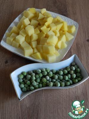 Картофель так же нарежем кубиками, возьмем необходимое количество горошка.