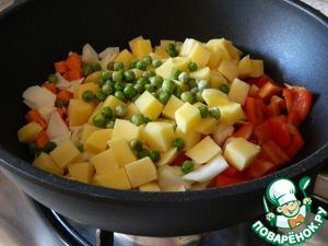 Затем добавим картофель и горошек.