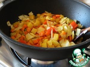 Приправим ими тушеные овощи, посолим, обжарим овощи 5 минут, непрерывно помешивая. Добавим воду, лавровый лист и протушим овощи на медленном огне еще около 10 минут.