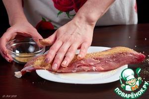 Обсыпьте мясо специями. Втирать не надо, достаточно легонько похлопать, чтобы прилипли. При втирании нарушается структура волокон и мясо может неравномерно просолиться. Обжарить мясо на сухой сковороде, чтобы образовалась корочка. Она запечатает сок внутри, и мясо не будет сухим.