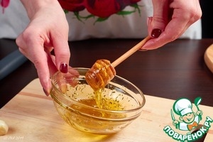 Смешайте масло, мед и чабрец. При желании-добавьте любые травы по вашему вкусу.