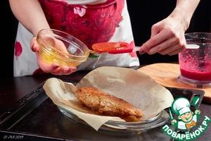 Мясо выложите в форму для запекания, полейте медовой глазурью и поставьте в духовку, нагретую до 220С. Готовность зависит от размера куска и желаемой степени прожарки. У нас полная заняла около 20 мин.