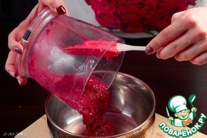 Довести клюквенный соус до кипения, проварить пять минут на медленном огне, постоянно помешивая. Остудить в холодильнике.