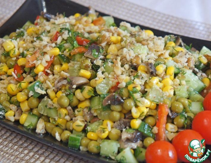 Грибной салат с кукурузой и зеленым горошком