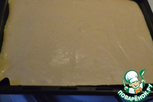 Form for baking lay a baking paper or a Teflon sheet. Pour the batter and flatten with a spatula.