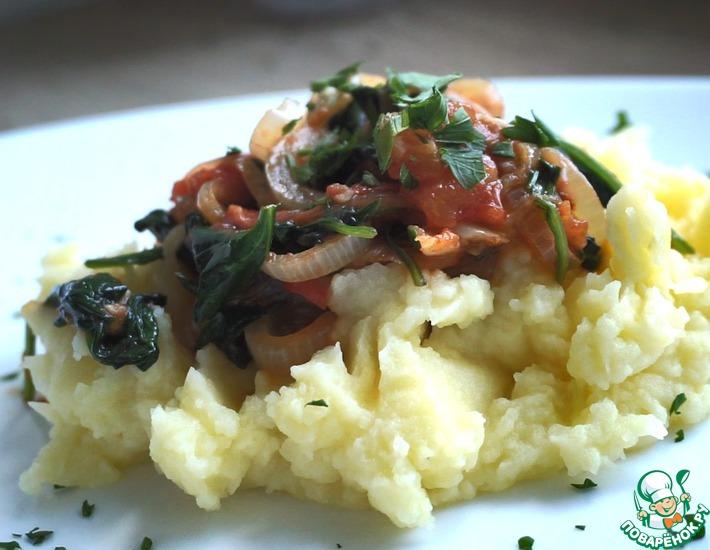 Шпинат с карамелизованным луком и томатами