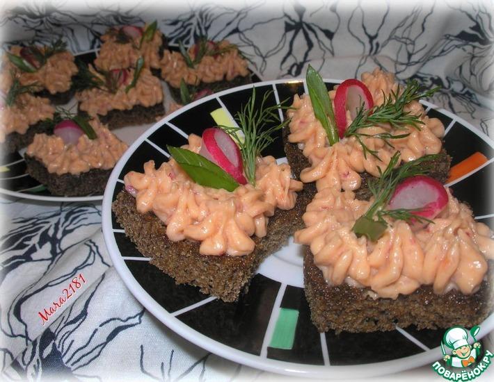 Рецепт: Бутерброды с малосольной горбушей и редисом