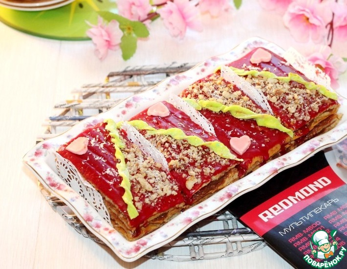 Рецепт: Медовое пирожное с орехами и сгущенкой