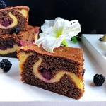 Шоколадный пирог с ежевикой и творогом