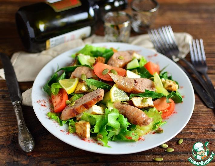 Рецепт: Салат с гриль сыром и колбасками