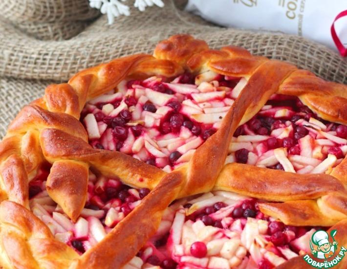 Рецепт: Сдобный пирог с яблоками и брусникой