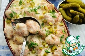 Рецепт: Фрикадельки в сливочном соусе с корнишонами