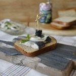Закуска из маринованной сельди с маслинами