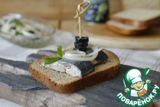 Рецепт: Закуска из маринованной сельди с маслинами