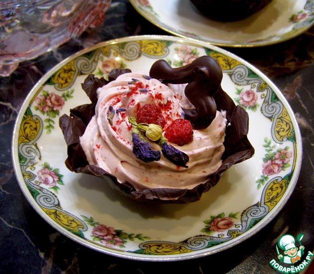 Малиновый мусс в шоколадной корзинке