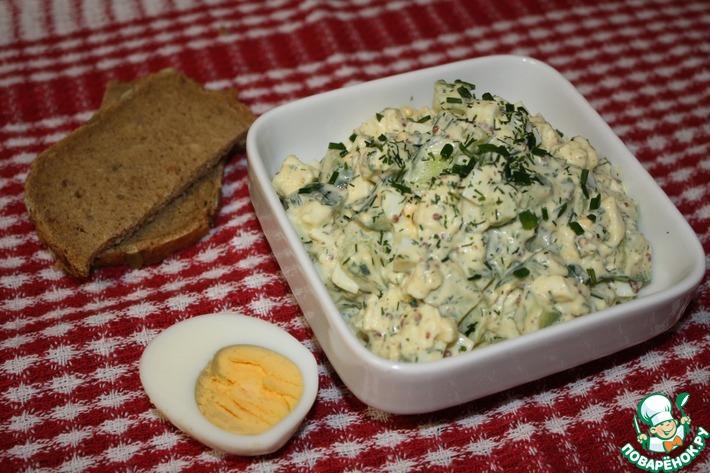 Яичный салат с огурцом и моцареллой