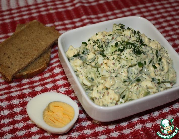 Рецепт: Яичный салат с огурцом и моцареллой