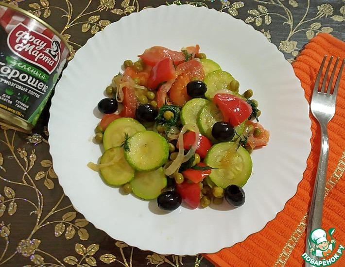 Рецепт: Горячий салат из горошка с овощами