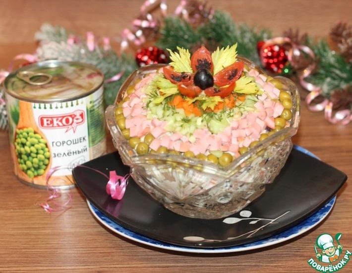 Рецепт: Салат с колбасой, овощами и яблоком