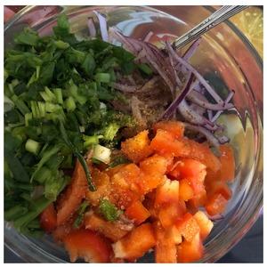 Зелёный лук нашинковать, добавить соль ( у меня сванская), масло. Болгарский перец нарезать средним кубиком, лук отжать от маринада и выложить в салатник. Салат перевешать.