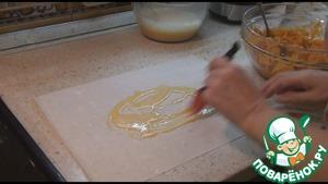 Если вы будете готовить с тестом фило, берете один лист теста, выливаете на него немного заливки и кисточкой распределяем тонким слоем по всему тесту.