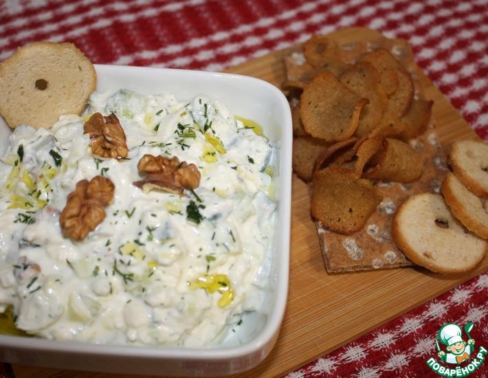 Рецепт: Салат из огурцов, творога и брынзы