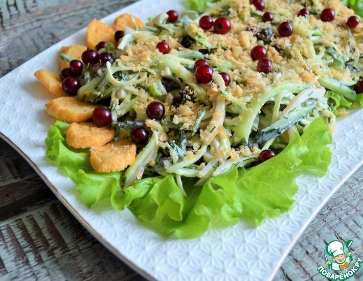 Рецепт: Салат с кальмарами и красной смородиной