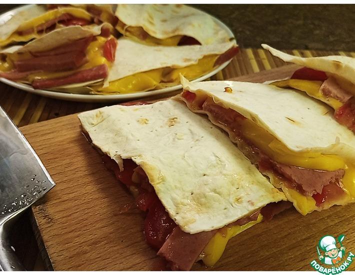 Рецепт: Треугольники с колбасой, сыром и помидорами