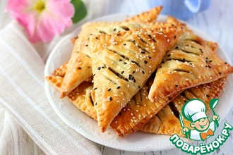 Рецепт: Слоёные треугольнички с печенью и рисом