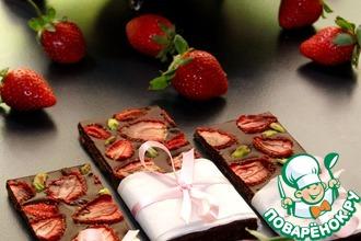 Рецепт: Шоколад с вяленой клубникой и фисташками