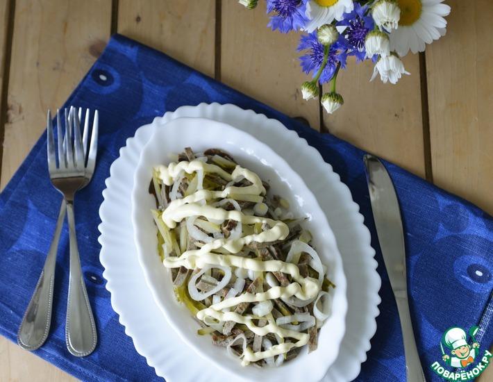 Рецепт: Салат с печеночными блинчиками Кучерявый