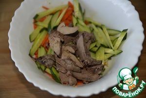 Салат из куриной печени и маринованного лука Огурец