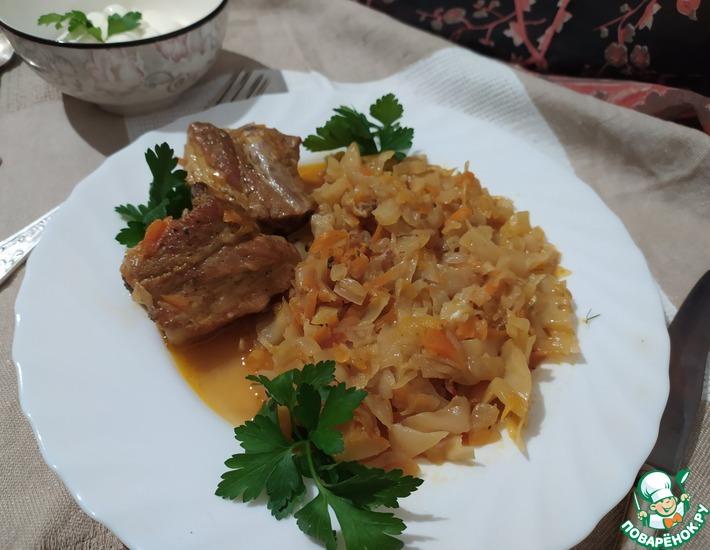 Рецепт: Тушеная капуста со свиными ребрами