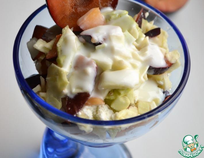 Рецепт: Салат с капустой, творогом и сливами