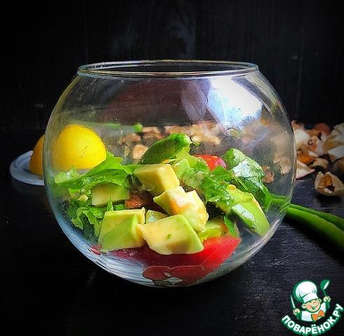 Салат с авокадо и помидорами photo
