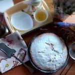 Пирог на йогурте с чёрной смородиной