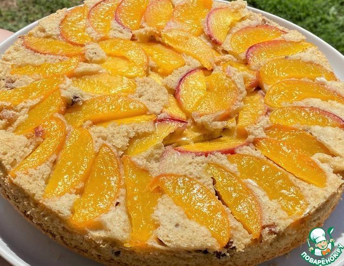 Рецепт: Персиковый пирог с орехами и изюмом