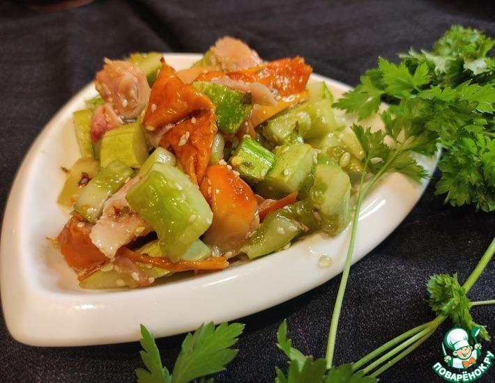 Рецепт: Битые огурцы с копченой курицей по-корейски